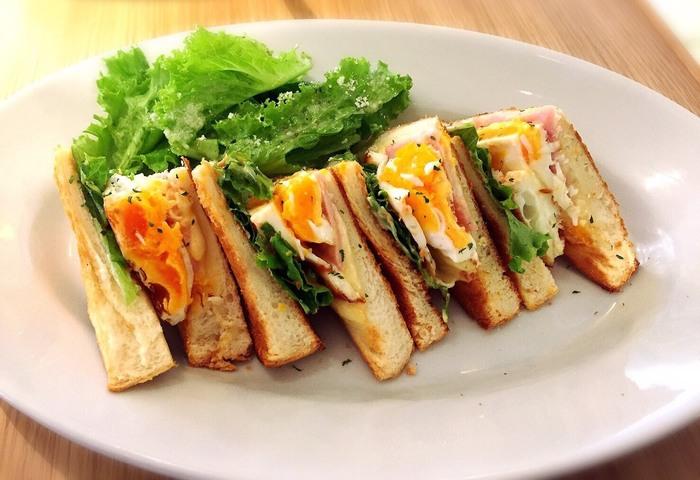 同じ卵でも、目玉焼きが挟まれたマドラグサンドもとっても美味しそう! トーストのサクサク感もいいですね。