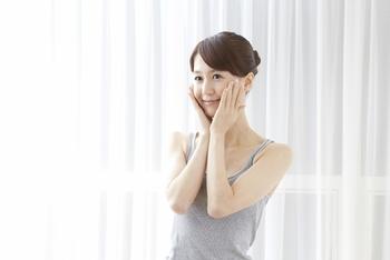 何にでも言えることですが、肌質によっては手ぬぐい洗顔が合わない方もいるかもしれません。優しく撫でるように洗うことを心がけ、デコルテやネックで試してみて手ごたえを掴んだら、お顔でも挑戦してみてください。手ぬぐい洗顔を行なって肌が荒れるなら、一度様子を見ることをおすすめします。