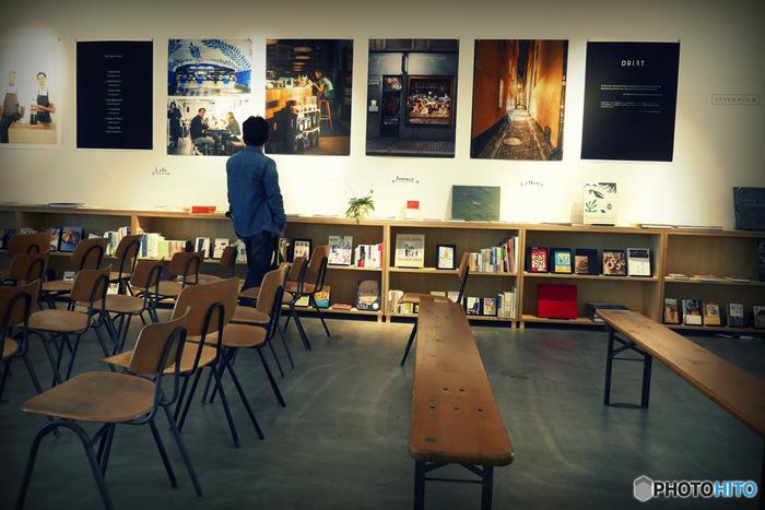 本棚は新潮社にあった物を再利用し、ブックディレクターの幅允孝さんがチョイスした本がずらりと並んでいます。自由に見られて買うことだって出来ちゃう本のスペースはテーマごとに分類。「本の本」「自然や生きもの」「知らない街を歩いてみたい」「おとことおんな」「食べることばかり考えている」など独自のテーマに沿った編集が、実に面白いんです。 時期によって様々な展示が行われているので、訪れるたびに感性が刺激されます。  (※写真の展示は現在は行われていません)