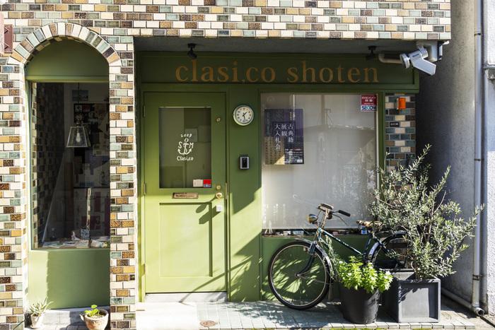 神楽坂 赤城神社からほど近く、裏路地にひっそりと佇む「クラシコ書店」。 外観は、一見ヨーロッパの古本屋さんのようなレトロな雰囲気。 店内には、古本を始め文房具、スタンプ、レターセットなど、オーナー夫妻がセレクトしたこだわりの雑貨の販売もあります。