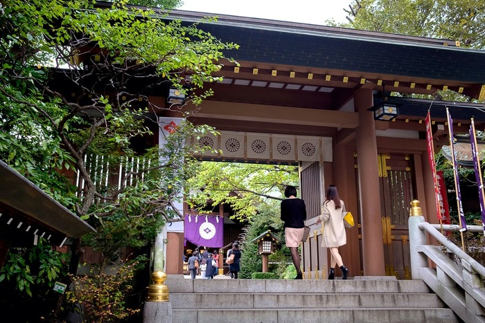 女性の縁結びのパワースポットとして東京一有名な神社、「東京大神宮」は飯田橋にあります。 「お参りすると彼氏ができる、結婚できる」と評判を呼び、良縁を求めて全国から若い女性が訪れ、平日でも混んでいます。