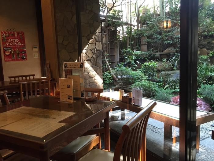 本店では、美しい日本庭園を眺めながら甘味をいただけます。