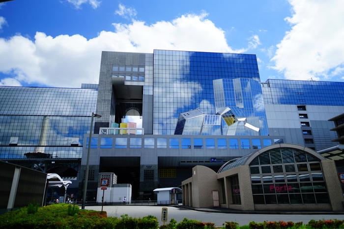 京都駅中央口側、「京都駅ビル」の西側のエリアに位置する、京都駅唯一の百貨店『ジェイアール京都伊勢丹』。  旅や出張で利用するのなら、B1F・B2Fの食品街、3F~6Fの喫茶、7F~10Fのオープンビューレストラン、11階のレストラン街イートパラダイスへ。