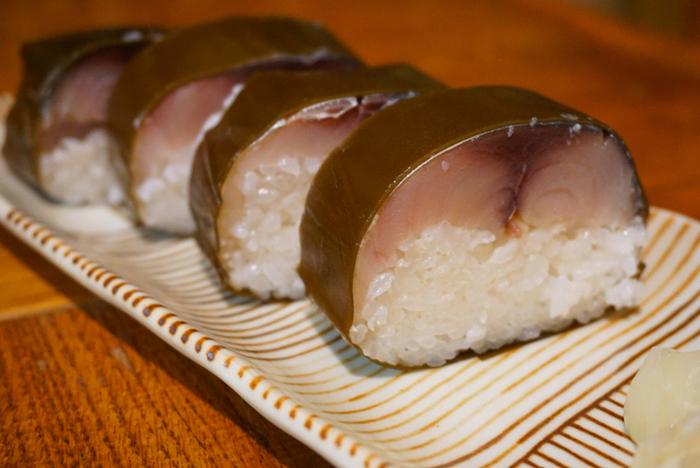 """●朽木旭屋(くつきあさひや)  """"鯖寿司""""は京都名物。「朽木旭屋」は滋賀県高島の名店ですが、京都土産で大人気の店です。鯖のみならず、米、昆布、酢、水、調理法全てにこだわってた鯖寿司は、絶品と評判です。値は張りますが、裏切らない味わい。鯖寿司好きの方は一度ご賞味あれ。"""