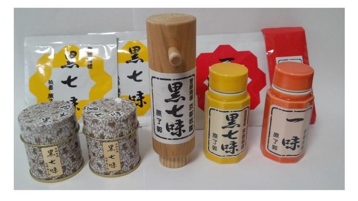 「老舗の味」のコーナーには、京都の老舗薬味店「原了郭(黒七味)」や「七味家」、「近為」や「大安」、「東山八百伊」や「桝俉」といった有名漬物店、梅干しの「梅林堂」、湯葉の「千丸屋」や麩まんじゅうの「麸嘉」、柚子味噌で有名な「八百三」等など、京都の名店が出店しています。 【画像は、老舗「原了郭」の黒七味。木筒、陶器、缶、袋と、選べる容器も魅力的。お土産にぴったりです!】