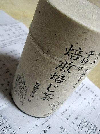 """●柳櫻園茶舗(りゅうおうえんちゃほ)  香り高く深い味わいの「かりがね焙じ茶」で人気の老舗茶舗「柳櫻園茶舗」。鳥獣戯画の缶入りは、高級かりがねの手煎り焙煎焙じ茶。""""土曜日限定""""で販売しています。"""