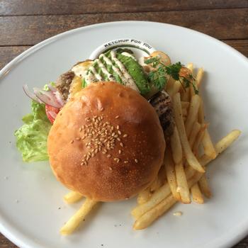 アメリカンサイズのアボカドチキンバーガー。肉汁たっぷりのパテとアボカドの相性は抜群!ダイナミックに噛り付きたい美味しさあふれるハンバーガーです。