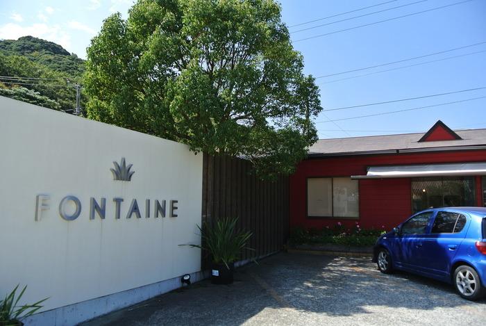 真っ赤な壁が印象的なビストロ&カフェ「Fontaine」。