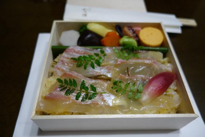 ●和久傳 おもたせジェイアール京都伊勢丹店  京都の有名料亭「和久傳」の味わいを手軽に頂くのなら、ここへ。 【画像は、定番の「鯛ちらし」。はんなりと味付けしたご飯の上に、鯛を敷き詰めたお弁当。おかずは、季節毎に代わります。】