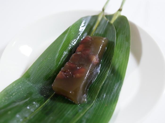 紫野和久傳といえば、「西湖(せいこ)」もやっぱり見逃せません。つるっとモチっと柔らかで、透明感のある上品な甘味。喉越し良く、高齢の方が特に喜ぶ和菓子です。