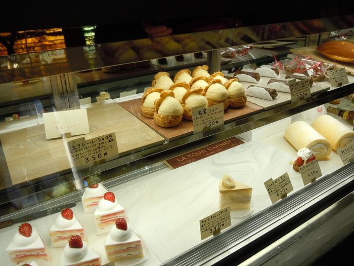 愛情いっぱいで作られた美味しそうなケーキがショーケースに並びます。どれにしようか悩んでしまいますね。