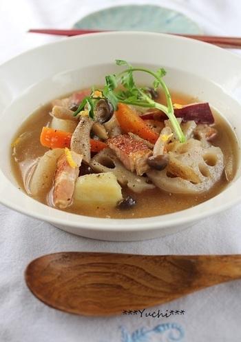 たくさんのゴロゴロ野菜と、じっくり煮込んでベーコンの旨味が溶け出した和風ポトフ。 ゆずと柚子胡椒の香りが爽やかなスープです。