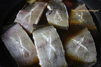 煮付けの場合は、下ごしらえの段階で、皮に十文字の切り込みを入れておくとよいでしょう。こうすることで、煮崩れを防ぎ、味が染み込みやすくなります。