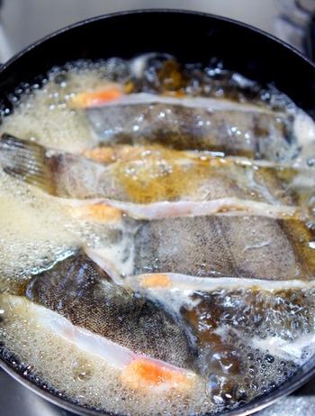 基本的には、先に、生姜を入れた煮汁がぐつぐつ沸騰してから、魚を入れます。そうすると、表面がさっと固まり、臭みが煮汁に出てしまうことがありません。ただ、前もって「霜降り」などの下処理をしていれば、すでに臭みが消えているので、それほど気にすることはありません。煮はじめからお酒をたっぷり加えておくと、やわらかく、風味良く仕上がります。