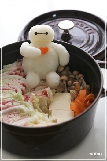 お鍋に脇に腰掛けしたベイマックスの大根おろしアート鍋。子供達も大喜びしそう!