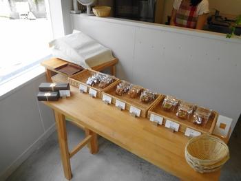 2013年10月に、へび道から谷中銀座商店街に移転した「アトリエ ド フロレンティーナ」。フランスの焼き菓子「フロランタン」の専門店で、季節のフレーバーも楽しめます。テイクアウト専門なので食べながらぶらり散策もおすすめです。