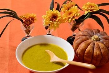 かぼちゃスープといえばオレンジのイメージですが、こちらは皮もまるごと使った緑色のスープ。色もキレイで栄養も満点!ひと手間加えて、2色で分けて作ってマーブル模様にするなど、アレンジもできそうですね♪
