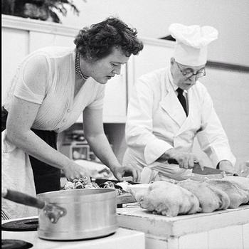 この写真は実際のジュリー・チャイルドが料理している姿。 ジュリーは185cmの大柄な体型とかん高い声が特徴でした。 テレビで料理を失敗しても気にしない、明るく大胆でチャーミングなジュリーの姿にアメリカ中が彼女の虜になりました。