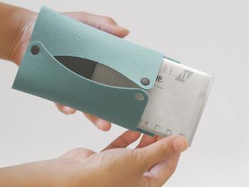シンプルでいながら、温もりを感じさせるティッシュケースは、1枚のフェルトから作られています。