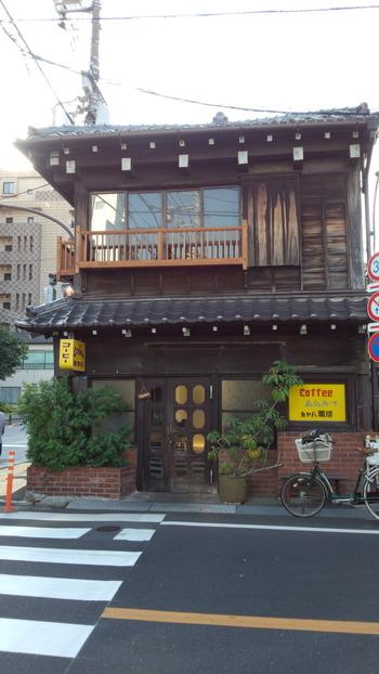 ファッション雑誌や映画のロケ地などでも見かける「カヤバ珈琲」。閉店時期を経て復活した店舗は、創業昭和13年から谷中を代表する人気店のひとつ。上野公園からは、東京芸術大学方面へ抜けて歩くとここにたどり着きます。
