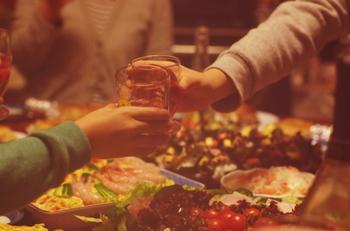 たまには気の合う仲間をお家に呼んだり、一人でのんびりでも「家飲み」を楽しむのもいいですよね♪今回は、そんな時にも簡単にできてお酒との相性もバッチリな「おつまみレシピ」をご紹介します。