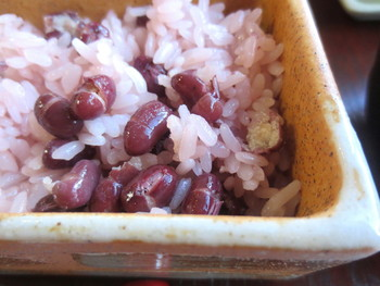 ●鳴海餅本店「赤飯」 明治初期創業の老舗の和菓子店。「丹波大納言小豆」を用いた「赤飯」には定評があります。