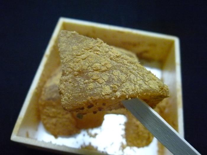 ●洛匠の「草わらびもち」。 東山・高台寺の人気店。草わらびもちは、抹茶をたっぷりと使ったわらび餅。柔らかで上品な味わいで、黄な粉もたっぷり。