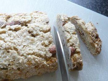 そして、フランスパンのような楕円形に生地をまとめ、まず1回オーブンで焼きます。焼けたら取り出し、あたたかいうちにスライスします。