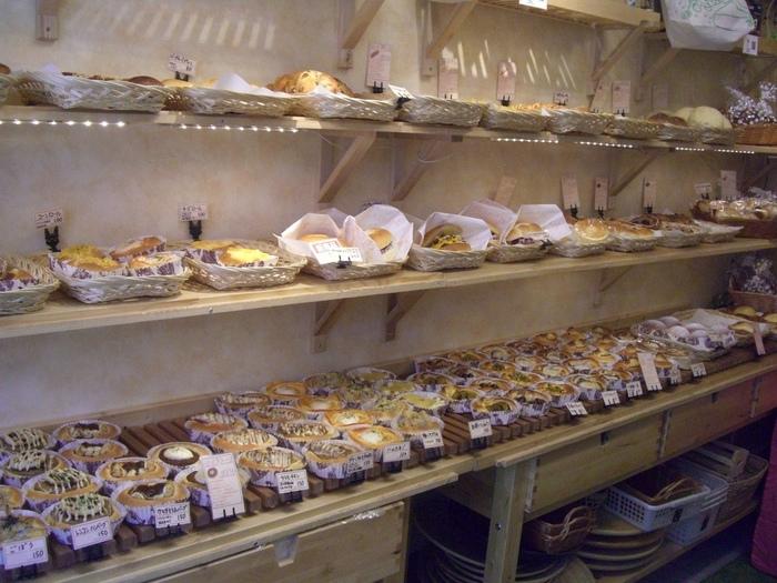 店内の限られたスペースに驚くほどのパンの種類が並んでいます。どれも美味しそうで目移りしてしまいそうですね。 小さくて可愛い空間、パンの美味しさもハイクウォリティ。地元のみなさんに愛される人気店のパンは、門仲土産にもぴったりですね。
