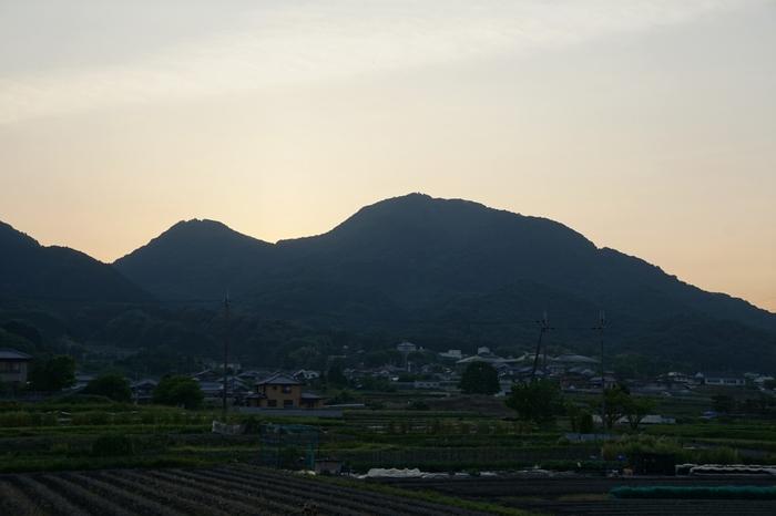 美しい山容を持つ二上山は、二つの頂の間に太陽が沈んでゆきます。いにしえの人々は、自然が作り出した奇跡のように美しい夕暮れに畏怖の念を抱き、二上山を神聖な山として崇めていました。