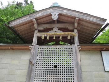 二上山の雄岳山頂には、豊布都霊神が祀られている葛木二上神社があります。古くから神聖な山として人々に畏れられていた二上山では、その名残となる史跡が数多く点在しています。