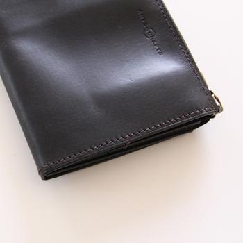 「アーツアンドクラフツ」の財布は、植物タンニンなめしの牛革が使われており、ソフトなツヤ感と柔らかさが魅力。財布のデザインはショートとロング2種類を揃えています。