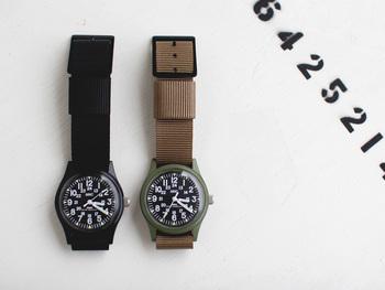 """「MWC(ミリタリーウォッチカンパニー)」は、1974年スイスで生まれた時計ブランド。さまざまな国の軍隊や警察、航空会社などに商品を供給しており、その信頼性は極めて高いと言えます。  【CLASSIC RANGE QUARTZ WATCH】はかつて米軍が使用していた""""使い捨て""""の腕時計の復刻版。単なる復刻版ではなく、仕様や素材などは現代に合うように変えて作られています。"""