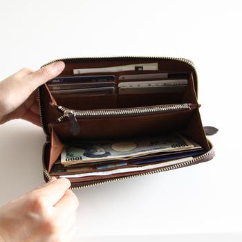 こんな風に大きく開けることができるので、お金の出し入れもしやすい。お札、カードなど種類別に分けられることで、財布の中身が見やすくて◎!