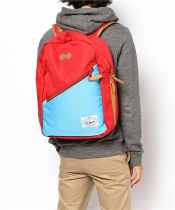 DRIFTER PACK  フロントについた大きめのポケットが機能的なバックパック。赤とブルーの大胆な配色が印象的。