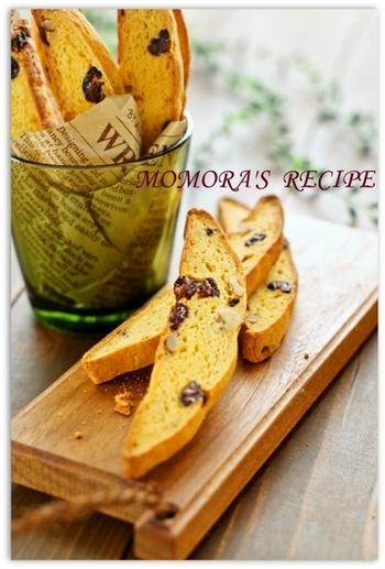 ホットケーキミックスにおからを加えて作る生地に、レーズンやくるみを加えて作るビスコッティ。はちみつを使ってノンシュガーの優しい甘さに仕上げて。
