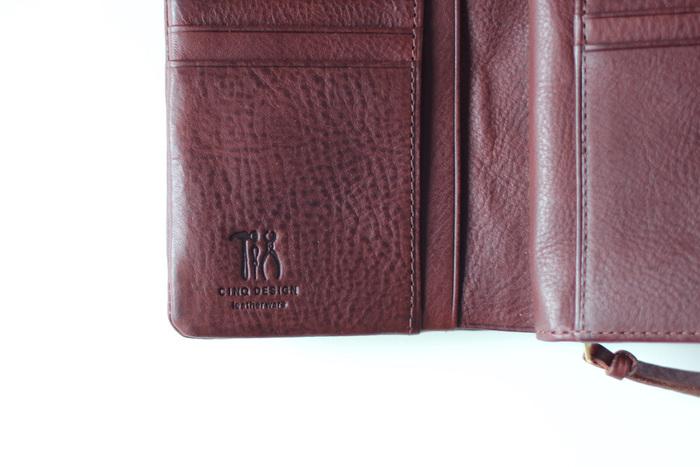 財布にはCINQの刻印も入っています。小さめの2つ折り財布ですが、見た目以上に収納力があります。カード入れも多いので、すっきりと収納できますよ。