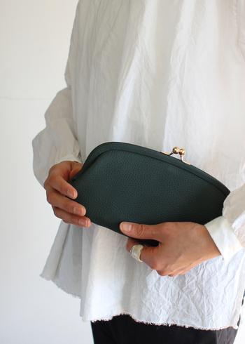 StitchandSewで人気のがま口財布は、レトロでありながら洗練された雰囲気も持ち合わせています。このように持っているとバッグのようにも見える上品な佇まいが魅力です。ちょっとした用事の時にはバッグとしても使えますよ。