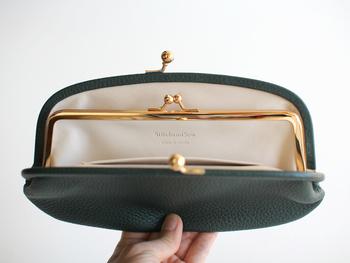 口を開けたり、閉めたりするときのパチンという音もがま口財布ならではの嬉しいポイント。本革と金属のフレームが高級感がありますね。