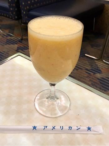古き良き昭和の雰囲気の中でいただけるミックスジュースは、大阪人なら誰もが懐かしく思う、王道の味。