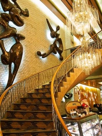 店内に入るとまず目を奪われるのが、吹き抜けに存在感を放つシャンデリア。2階へと続く螺旋階段も、昔から変わらないレトロな雰囲気が漂います。