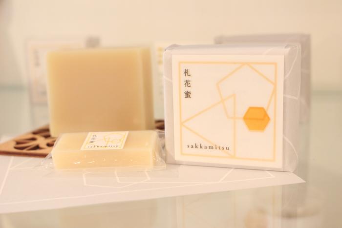 直営店でしか買えない地元・札幌のはちみつを使用した『札花蜜』。ゆったりと深呼吸したくなるようなモミの木の香りに優しく癒されます。  ※筆者撮影
