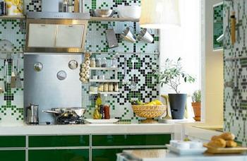 グリーンをアクセントにしたお花柄のモザイクタイル。華やかでかわいらしいキッチンです♪ 料理をしない時間も、この空間でゆっくりと過ごしたくなりますね☆