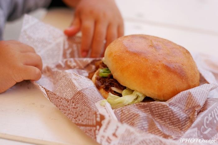 道の駅などで購入できる淡路島バーガーは、旅のお供にもってこい♪ 分厚い玉ねぎカツと、島内で栽培している野菜、それに淡路ビーフがサンドされた、ボリューム満点のバーガーです。
