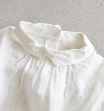 リネンは薄いのに丈夫。なので衣服はもちろん、キッチンクロスやハンカチ・シーツなどの寝具類にも多く使われています。汗をかいても、熱を外に放出してくれるので、着ているだけで涼しく気持ちの良い素材です。  シワができやすいという特徴がありますが、それこそがリネンならではのナチュラルな風合いとなるので、シワもお洒落として素敵に着こなしましょう◎