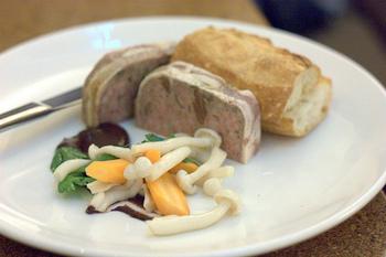 テリーヌの中でも味わいの深いパテ・ド・カンパーニュ。鶏や豚のひき肉、レバーを使って焼き固めた、フランスの代表的な家庭料理です。