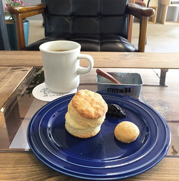カフェメニューは気負わないシンプルで美味しいものが用意されています。 看板メニューのスコーンは、コーヒーと一緒に味わうとより一層美味しさが引き立ちます。 一人カフェでも、デートでも、フラッと訪ねたくなる大人カフェですね。