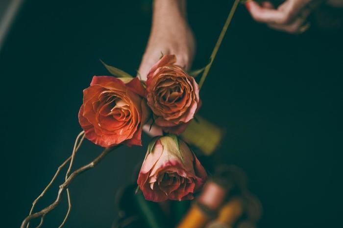花びらの中のシリカゲルは小さな絵筆や化粧筆などで取り除きます。自然乾燥より鮮やかな色に♪