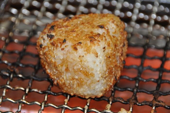 おひつに入れたご飯は、甘みをキープするので冷めても美味しいまま♪余ったご飯は焼きおにぎりにしてみませんか?【金網みつじ】の焼き網を使えば、遠赤外線効果でふっくら焼きあがります。