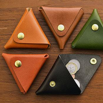 三角のユニークなコインケース。一枚革を織って作られており、表と裏どちらからでも開閉できるという使い勝手の良さも魅力。